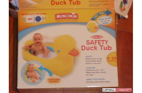 MUNCHKIN - Safety Blow-Up Ducky Tub - has a safety disc that turns whi